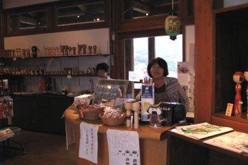 В магазине можно приобрести кокэси, сделанные местными авторами