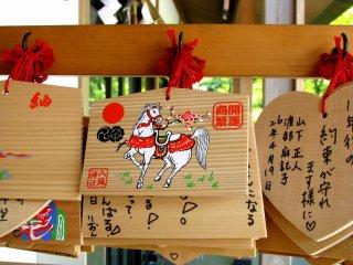 Ema - piringan kayu dengan berbagai keinginan yang tertulis