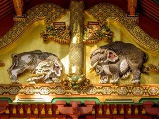 หนึ่งในรูปแกะสลักที่เรืองชื่อของโทะโชะกุคือ โซะโสะโนะโสะอุ (Sozonozou) ช้างในจินตนาการ นั่นเป็นเพราะว่าคนแกะสลักไม่เคยเห็นช้างตัวจริงมาก่อน
