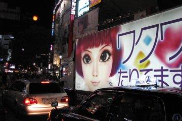 По Сибуе курсируют различные рекламные грузовики