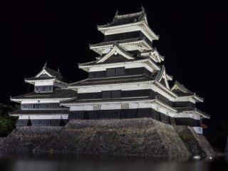 قلعة ماتسوموتو ليلاً