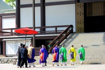 Монахи, шествующие в храм на службу