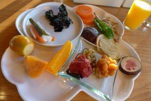 เรียงอาหารต่างๆ ลงไปแล้ว สีสันสดใสน่ากิน