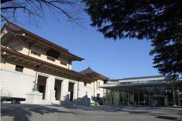 The main entrance to the Yushukan.