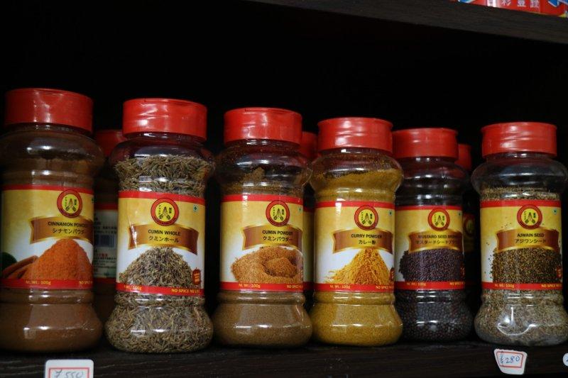Здесь можно найти также разные виды специй и ароматизированных порошков для еды