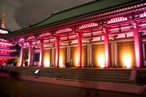 Tocho-ji makes for a grand entrance to the quiet neighborhood