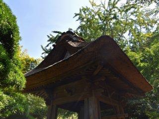 Menara lonceng langka dengan atap jerami
