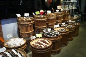 Des barriques habituellement utilisées pour stocker le miso en train de fermenter, qui font en l'occurrence une super décoration pour la boutique!