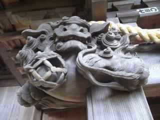 Menurut saya singa ini memiliki pelampung untuk jaring nelayan, yang mewakili warisan pelayaran Odawara