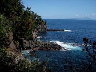 เสาหินหินบะซอลและโอะชิมะในระยะไกล