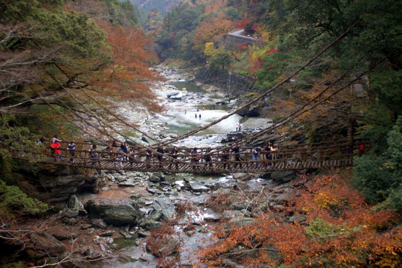 Les gens se tenaient très fermement au pont et marchaient très lentement !