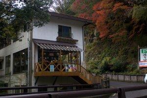 Un Café situé à tout juste 30 secondes de marche du pont