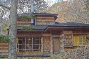 建物の外壁は杉皮の市松模様