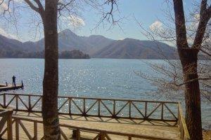 デッキから眺める湖