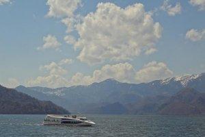 中禅寺湖の水面を走る 現在の船遊び