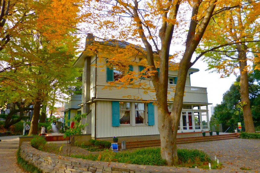 秋色の木々とエリスマン邸