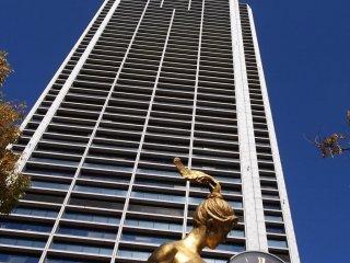 市役所前には阪神大震災時に止まってしまった時計付きの彫刻がそのまま置かれている