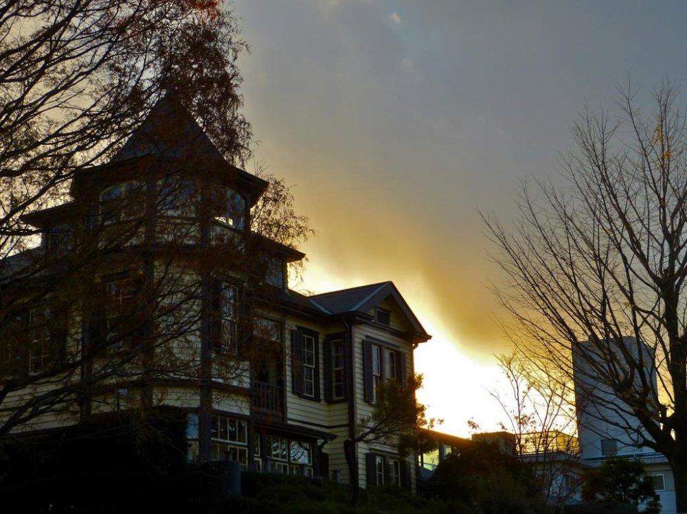 아름다운 외교관의 집은 황혼에 더 아름답다