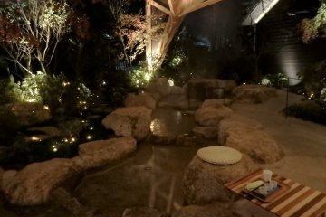 Enjoy tasty sake while relaxing your feet in the footbath at the Welcome Square