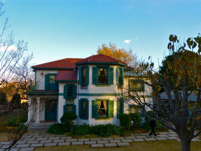 오렌지색 지붕, 하얀 벽, 초록색 창틀은 매우 귀엽다