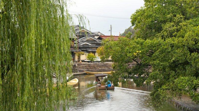 Круиз пролегает под плачущими ивами и исторической деревней на заднем плане