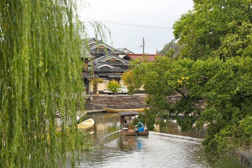 Menyusuri sungai melewati pohon gandarusa dengan desa bersejarah sebagai latar belakangnya