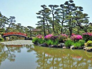 Le jardin fut créer d'après le lac Biwa et Omi Hachiman