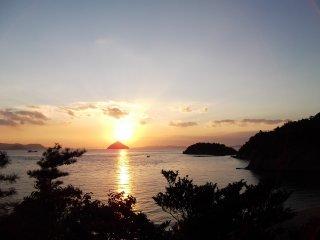 อาทิตย์ตกดินเหนือผืนทะเล