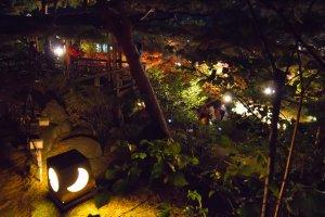 De nombreuses jolies lampes en forme de lune éclairent le passage pour vous