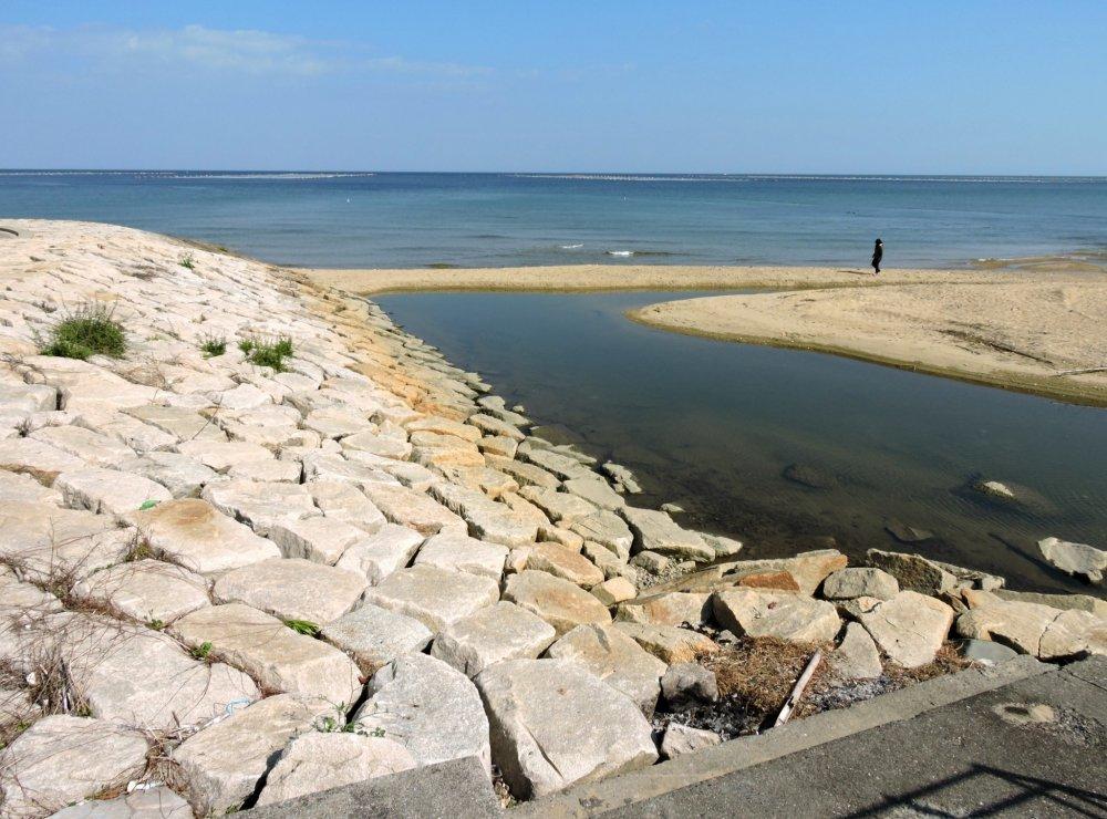 Areia amarela e o calmo mar azul