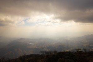 雲の合間から陽光が照らす