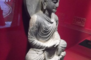 A statue in the gallery at Nakatsu Bansho-en
