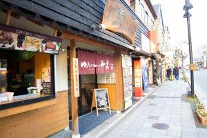 Nhiều cửa hàng và nhà hàng nằm dọc bên đường