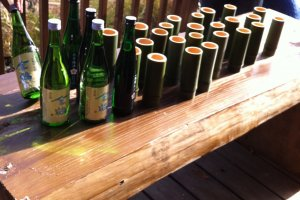 Les verres en bambou, fabriqués à la main, servent à accueillir le saké de Sado. C'est l'un des plus fins du Japon, avec un riz raffiné jusqu'à 25% du grain original!