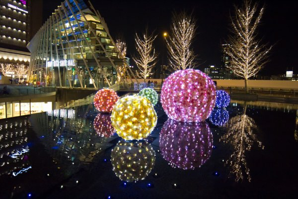 Des lumières de Noël installées dans Osaka et la Gare de Umeda