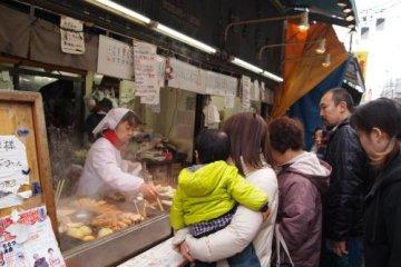 일본의 B급 먹거리를 스나마치긴자상점가에서 먹으면서 걷자