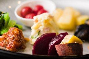 野菜サラダとピクルス