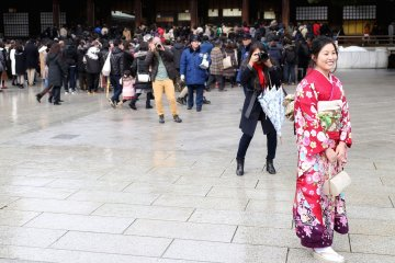 There were many people at the shrine taking photos of the kimono-wearing adults.