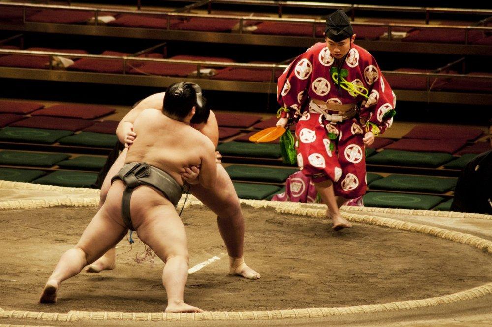 Người giám khảo trong trang phục truyền thống phải di chuyển thật nhanh để điều khiển trận đấu
