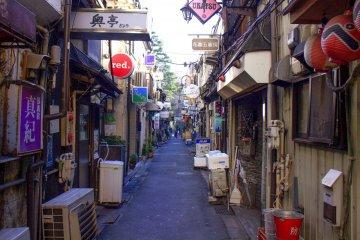 街道兩旁密集的小店鋪