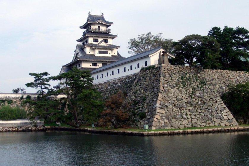 Замок Имабари и ров с морской водой