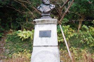 Памятник Зибольду перед Мемориальным музеем Зибольда в Нагасаки