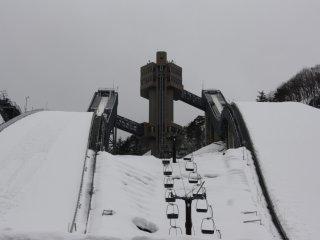Un télésiège permet de rejoindre le pied de la tour