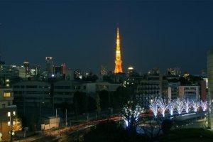 Tokyo Tower di kejauhan, terlihat dari Roppongi Hill