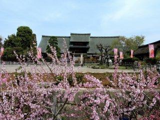 Ngôi nhà Kanzo Yashiki đối diện ga Enzan
