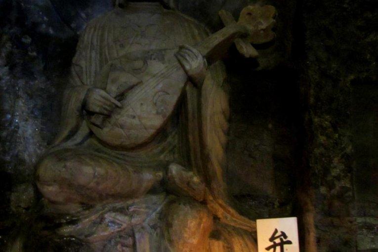 Những bức tượng ở hang Benten-kutsu