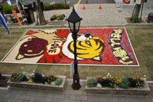 花の絵で飾られた道路