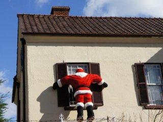 Peeping Santa at Sherlock Holmes House