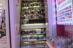 Cầu thang dẫn lên một cửa hàng bán đồ K-Pop