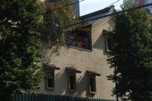 Ichiro peeking from his billboard over the trees at Gonpachi